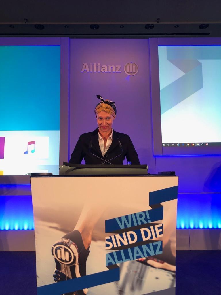 Nina Neef Erstellte Ein Livedrawing Bei Der Jahresauftaktveranstaltung Der Allianz Bei Einem Vortrag Von Kirsi Sabri.